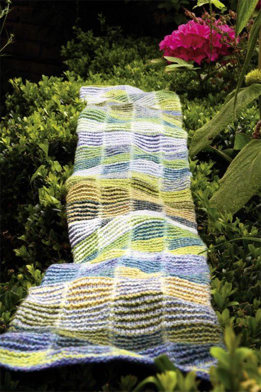Langer handgestrickter Schal in Frühlingsfarben